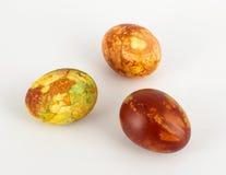 Trzy farbowali Wielkanocnych jajka odizolowywających Zdjęcie Stock