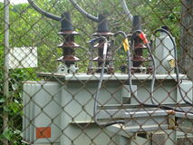 Trzy faz elektryczny transformator w ogrodzeniu fotografia royalty free
