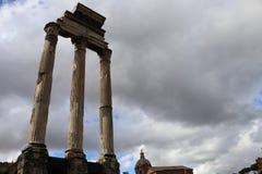 Trzy filaru świątynia Rycynowy i Pollux w Romańskim forum zdjęcia stock