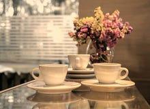 Trzy filiżanki kawy przeciw okno zdjęcie stock