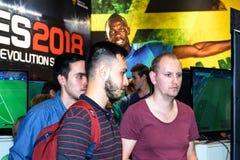 Trzy gości uczciwy spojrzenie przy ekranem przy budka PES Obrazy Stock