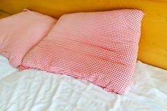 Trzy gwiazdowy hotelowy łóżko i poduszki Obraz Royalty Free