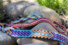 Trzy hadmade koloru bransoletki przyjaźń na kamieniach Obrazy Stock