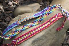 Trzy hadmade koloru bransoletki przyjaźń na kamieniach, w kratkę wzór Fotografia Royalty Free