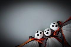 Trzy Halloween ducha DIY robić od białego tkankowego papieru, czerni i pomarańcze faborku, na szarym tle Zdjęcia Royalty Free