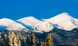 Trzy halnego szczytu w śniegu obraz royalty free