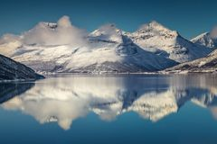 Trzy halnego szczytu zakrywającego z śniegiem północnym Norwegia fj Zdjęcie Stock