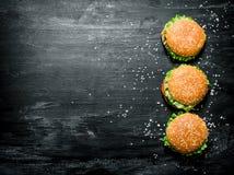 Trzy hamburgeru z mięsa, serowych i świeżych warzywami, Obraz Stock