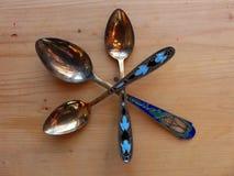 Trzy herbaciany i deserowe łyżki na drewnianym stole Rękojeść koloru emalia i widok wierza retro Obrazy Stock