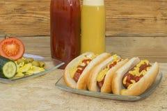 Trzy hot dog z ketchupem i musztardą Zdjęcia Royalty Free