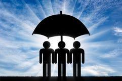 Trzy ikony mały mężczyzna stojak pod parasolem wpólnie Obrazy Stock