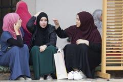 Trzy islamskiej dziewczyny siedzą w podwórzu Gazi husrev błagają meczet w Sarajevo Obrazy Royalty Free