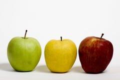 Trzy jabłka na stosie na białym tle zdjęcie stock