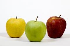 Trzy jabłka na stosie na białym tle zdjęcia stock