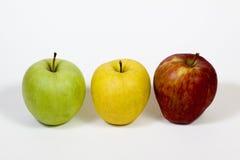 Trzy jabłka na stosie na białym tle obrazy stock