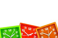 Trzy jaskrawego budzika na białym tle Alarmy zielenieją, pomarańcze i czerwień zdjęcia stock