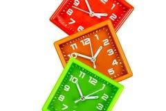 Trzy jaskrawego budzika na białym tle Alarmy zielenieją, pomarańcze i czerwień fotografia royalty free
