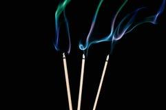 Trzy kadzidłowego kija z dymem na czarnym tle Fotografia Stock
