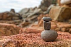 Trzy kamienia w stercie blisko morza na plaży ideologiczny pojęcie Obraz Stock