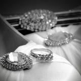 Trzy kamienny pierścionek zaręczynowy na jewelled atłasowych butach Obrazy Stock