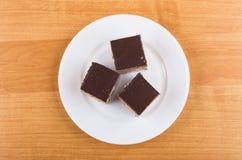 Trzy kawałka torty z czekoladą w białym szklanym talerzu obrazy royalty free