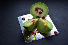 Trzy kawałka melon i cukierki obraz stock