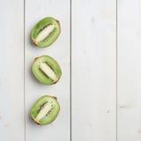 Trzy kiwifruit połówek skład Zdjęcia Stock