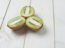 Trzy kiwifruit połówek skład Zdjęcie Royalty Free