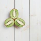 Trzy kiwifruit połówek skład Fotografia Stock