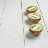 Trzy kiwifruit połówek skład Zdjęcie Stock