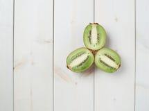 Trzy kiwifruit połówek skład Obraz Royalty Free