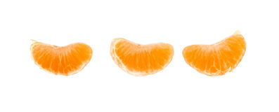 Trzy klinu segmentu mandarynki pomarańcze na bielu Obrazy Stock