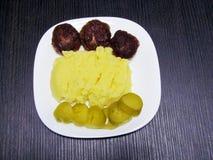 Trzy klopsika, puree ziemniaczane i kiszeni og?rki, zdjęcie stock