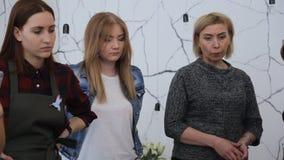 Trzy kobiet attentively zegarka proces który bierze miejsce przed ich oczami zdjęcie wideo