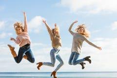 Trzy kobiet skakać fotografia royalty free