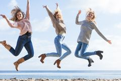 Trzy kobiet skakać fotografia stock