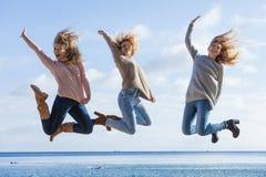Trzy kobiet skaka? zdjęcia stock