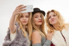 Trzy kobiety bierze selfie plenerowego zdjęcia royalty free