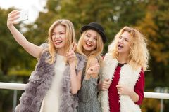 Trzy kobiety bierze selfie plenerowego zdjęcie royalty free