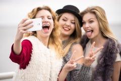 Trzy kobiety bierze selfie plenerowego obraz stock