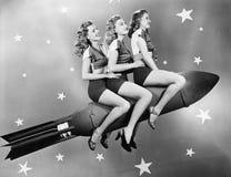 Trzy kobiety siedzi na rakiecie (Wszystkie persons przedstawiający no są długiego utrzymania i żadny nieruchomość istnieje Dostaw Obraz Stock