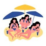 Trzy kobiety w bikini używają smartphone Kobiety z koktajlami również zwrócić corel ilustracji wektora royalty ilustracja