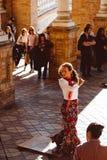 Trzy kobiety w tradycyjnych kostiumach tancz? hiszpa?skiego flamenco na placu De Espana na Luty 2019 w Seville obrazy royalty free