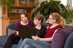 Trzy kobiety z laptopu argumentowaniem obraz stock