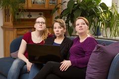 Trzy kobiety z notatnika czekaniem fotografia stock