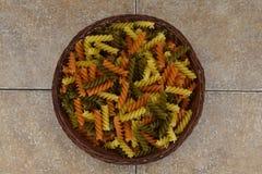 Trzy kolorów makaron w łozinowym pucharze Zdjęcie Royalty Free