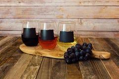 Trzy kolorów wina lot w chalkboard etykietki szkłach Fotografia Stock