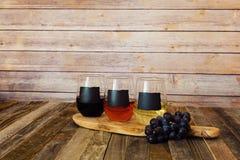 Trzy kolorów wina lot w chalkboard szkłach Zdjęcie Stock