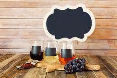 Trzy kolorów wina lot w chalkboard szkłach z znakiem Fotografia Stock