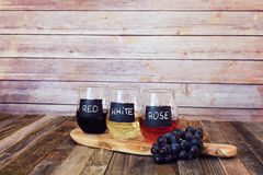 Trzy kolorów wina lot w etykietek szkłach Obrazy Stock